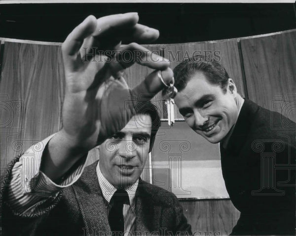 1969 Press Photo Jerry Orbach and Edward Winter in Promises, Promises - Historic Images