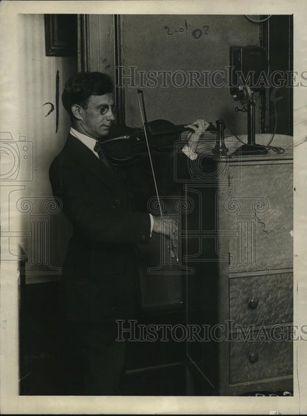 1920 Press Photo Maurice Nitke, noted violinist, plays through a telephone - Historic Images