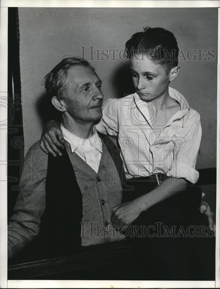 1935 Press Photo Howard Cline telling Warren Cline how he dislikes operation - Historic Images