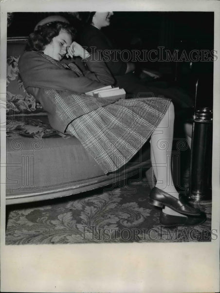 1945 Press Photo Eleanor Thompson asleep during 25th Annual 4-H Club Congress - Historic Images