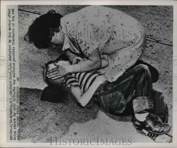 1952 Press Photo Richard Raad, 6, is comforted by his mother after being struck - Historic Images