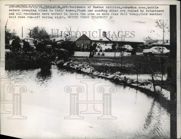 1958 Press Photo Pendleton Ore Montee suburb sandbag dikes vs floods - Historic Images