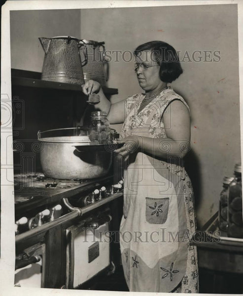 1931 Press Photo Mrs. Minnie Fisher as she bottles the preserved fruit - Historic Images