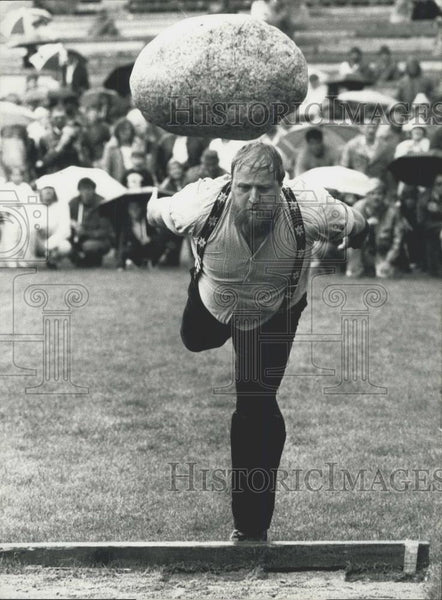 "1986 Press Photo Swiss ""Schwing - and Aelplerfest"" stone throwing contest - Historic Images"