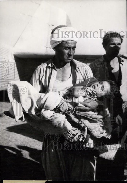 Press Photo Scenes Of The Earthquake In Algeria carries child with crushed legs - Historic Images