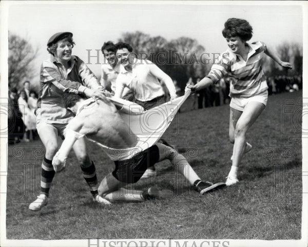 1962 Press Photo Battle of the Sexes in Rugby Pitch - Historic Images