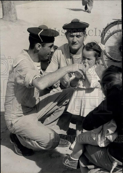 1960 Press Photo French soldiers feed baby girl at Agadir earthquake area - Historic Images