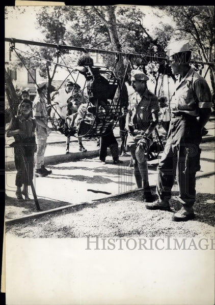 Press Photo Algeria: French Soldiers Befriend Little Natives - Historic Images