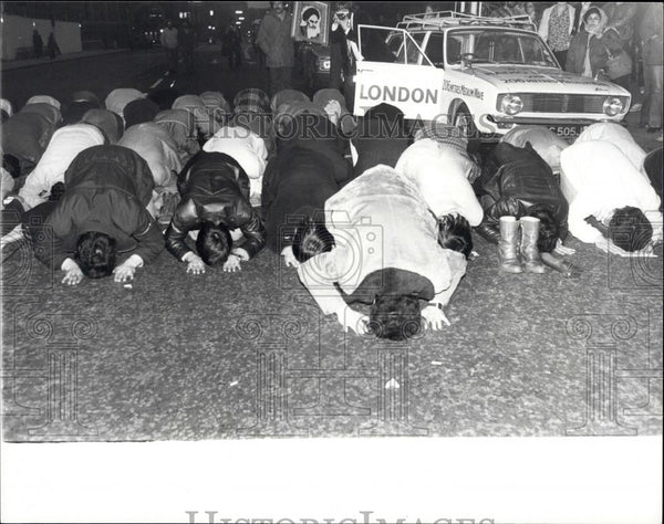 Press Photo Iranian students praying to Mecca - Historic Images