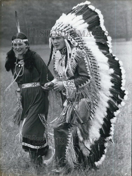 Press Photo Couple dressed as Native Americans - Historic Images