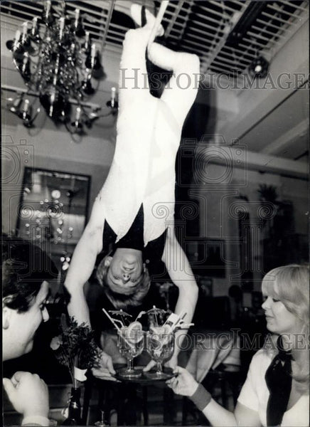 Press Photo The Hanging Waiter at Cafe Encore in London - Historic Images