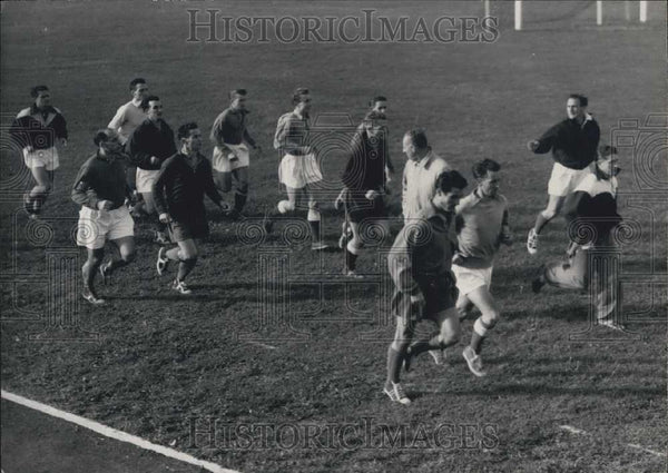 1952 Press Photo French soccer team in training during a run - Historic Images