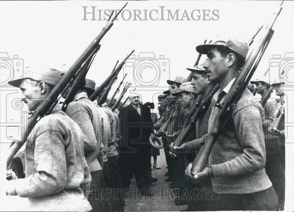 1968 Press Photo Israel President, Chaim Weizmann inspects troops - Historic Images