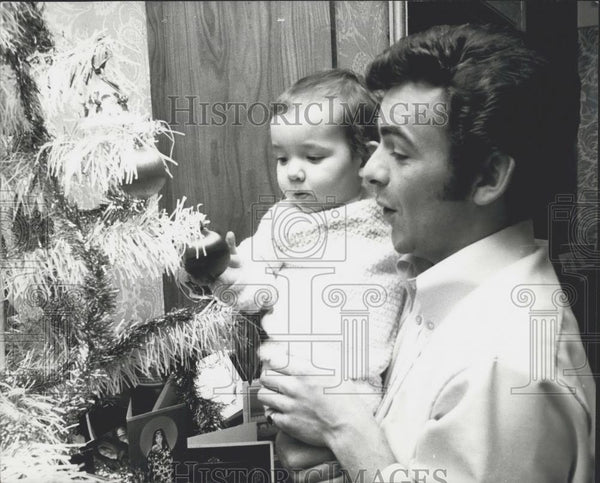 Press Photo Tony Jacklin lets Bradley explore his first Christmas tree - Historic Images