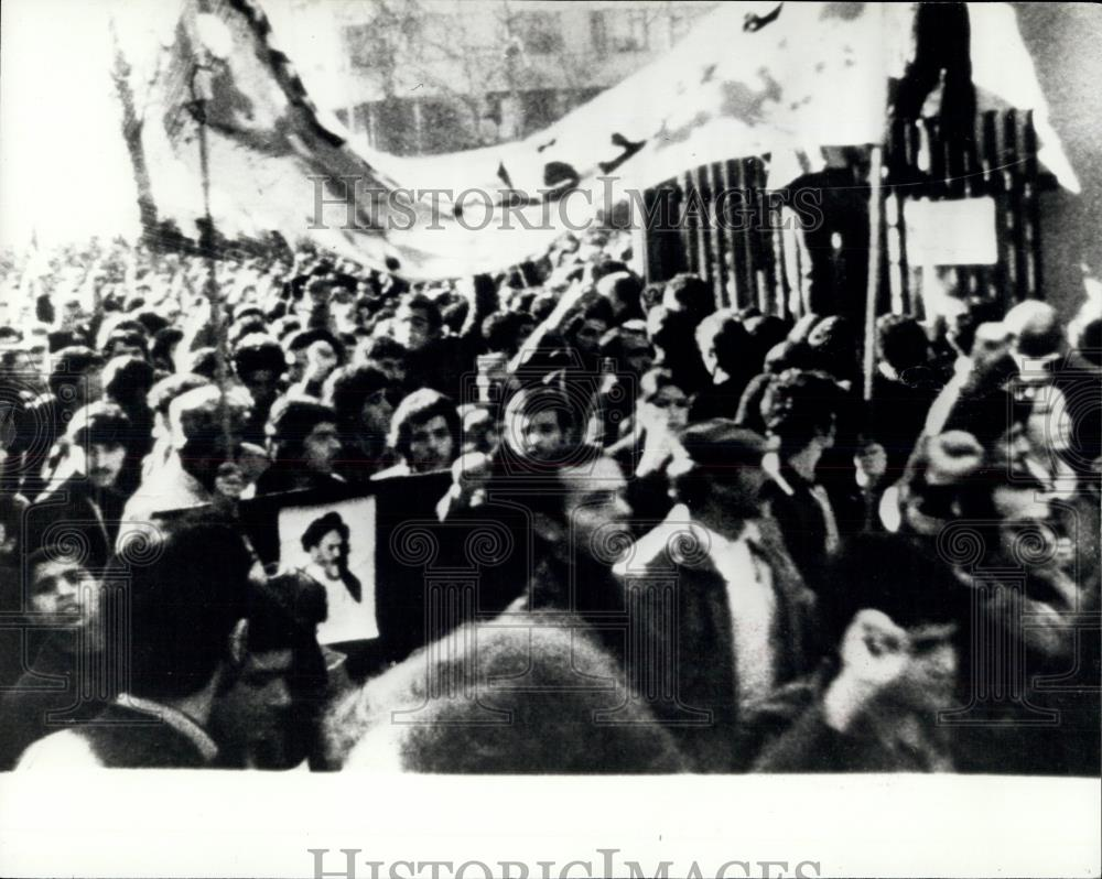 1979 Press Photo Demonstrators Celebrate In Tehran With The Leaving Of The Shah - Historic Images