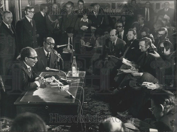 1975 Press Photo President Sadate at a Press Conference in Paris - Historic Images