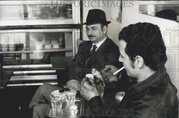 Press Photo George And His Canary Cafe Owner Mertis With Bird Inside - Historic Images