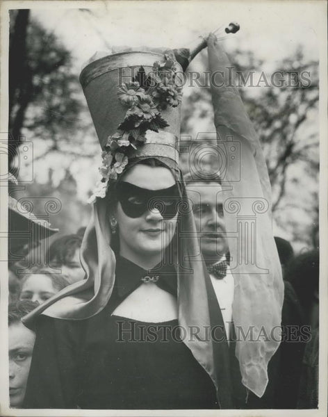 Press Photo Easter Bonnet Parade in Hyde Park - Historic Images
