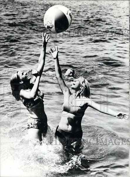 Press Photo Pretty girls in bikinis - Historic Images