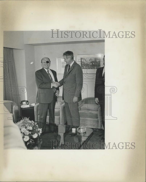 1977 Press Photo Moshe Dayan & Cyrus Vance at the US Mission to the Union. - Historic Images