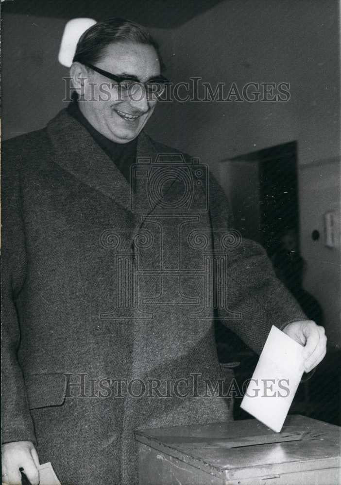 1963 Press Photo German Politician Voting in Berlin. - Historic Images