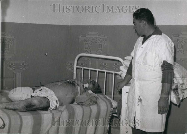 Press Photo Doctor Tends Bombing Victim at Hospital Bedside - Historic Images
