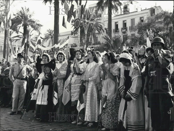 Press Photo Algerian girls greet General De Gaulle - Historic Images