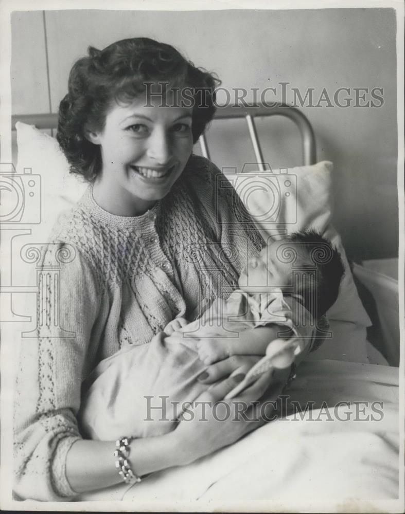 1953 Press Photo British Tennis Star Linda Cornell and new baby Trudy Ann - Historic Images