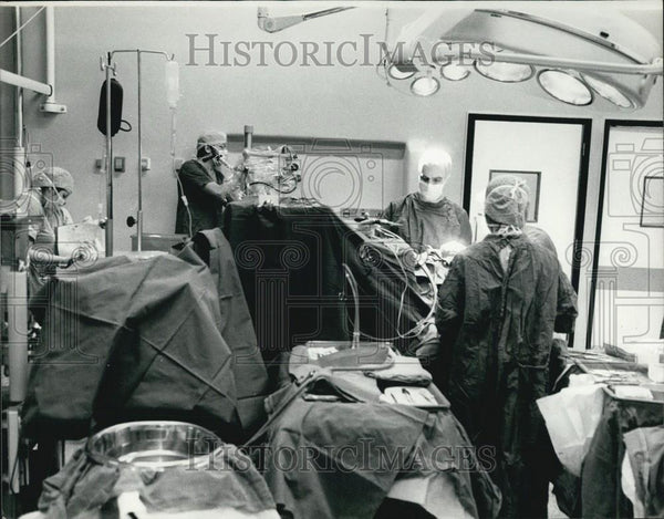 Press Photo Surgeons in a operating room - Historic Images