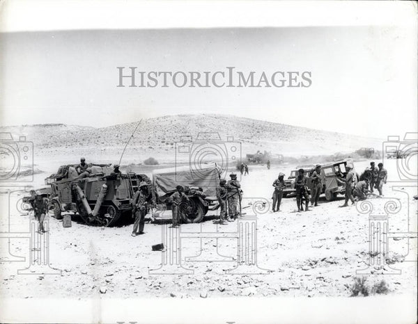 1967 Press Photo Israeli Soldiers Take A Break In Negev Desert - Historic Images