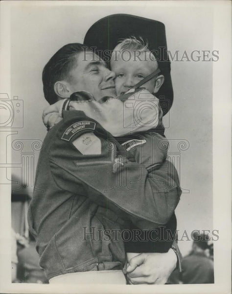 1953 Press Photo Ray Hobman of Australia and dad L/Cpl R.B. Hobman home from war - Historic Images