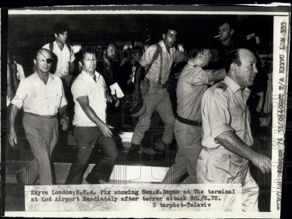 1972 Press Photo The Israel Defence Minister, Moshe Dayan at scene after attack - Historic Images