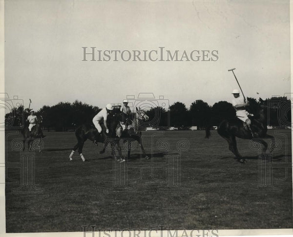 1930 Press Photo Harold Talbot in polo action tween Blue & Whites in NY - Historic Images