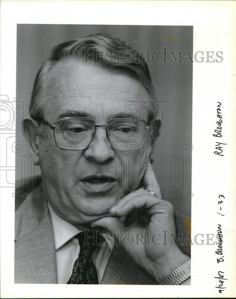 1987 Press Photo Ray M Broughton works for First Natl Bank of Oregon - ora00187 - Historic Images