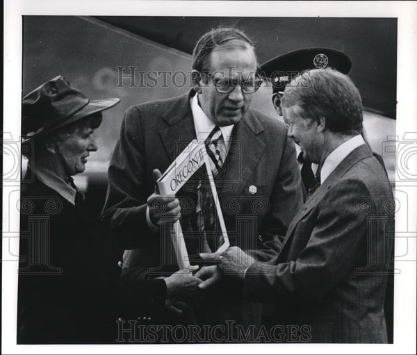 1971 Press Photo Jimmy Carter receives book from Gov. Bob Straub - ora00093 - Historic Images