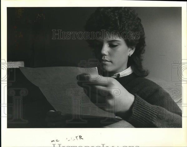 1984 Press Photo Mendy Carrick, Centennial HS Jr reads letter India's PM Gandhi - Historic Images