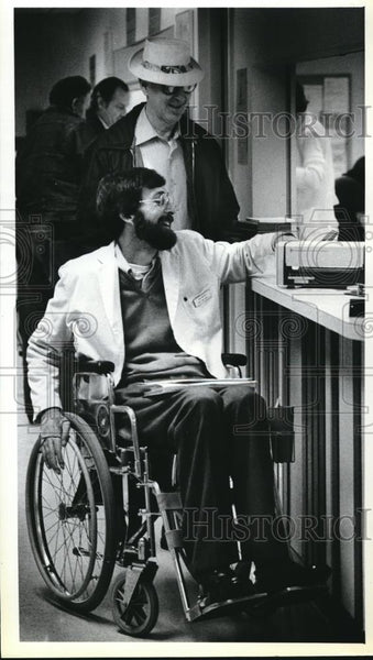 1980 Press Photo Mr Dan Brophy laughs with visitor during hospital rounds - Historic Images