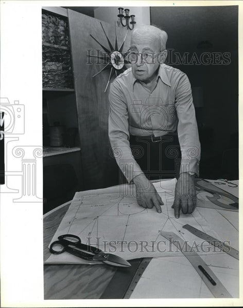 1984 Press Photo Working at home Edward T Brounstein making patterns - ora00189 - Historic Images