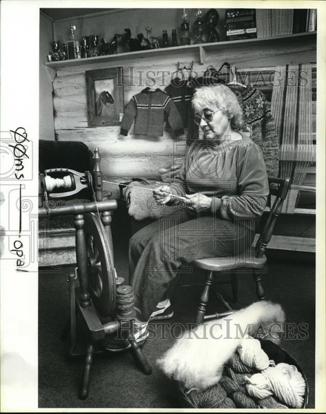 1984 Press Photo Opal Humbyrd lives in a log cabin, weaving sheep's fur - Historic Images