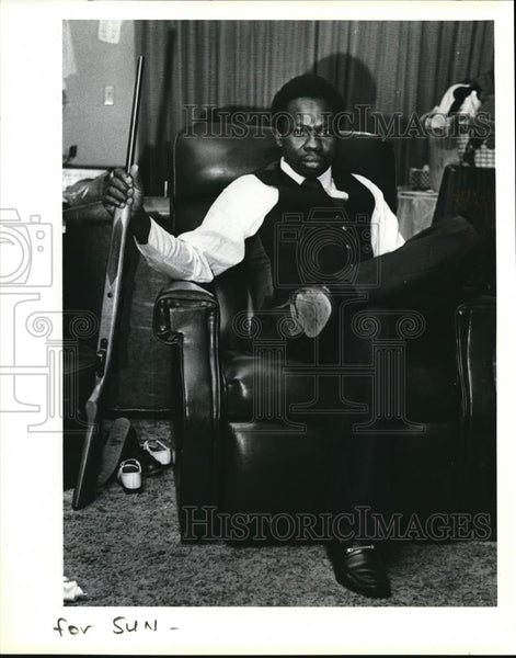 1980 Press Photo Kwaku Boateng Computer Repairman with Rifle Racial Harassment - Historic Images