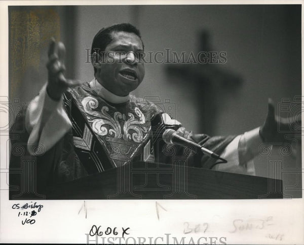 1990 Press Photo Rev. Carl A. Fisher, auxiliary bishop of the Archdiocese of LA - Historic Images