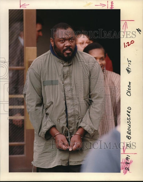 1991 Press Photo Eldridge Broussard Jr leaves federal court on slavery charge - Historic Images