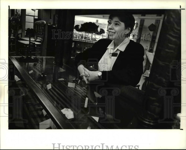 1990 Press Photo Joyce Porcelli at American Folk Arts and Americana Gallery - Historic Images