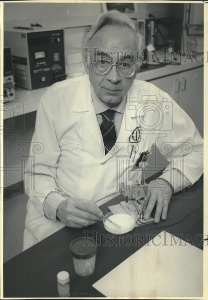 1992 Press Photo Lawrence Lanzl Professor of Raiology University of Chicago - Historic Images