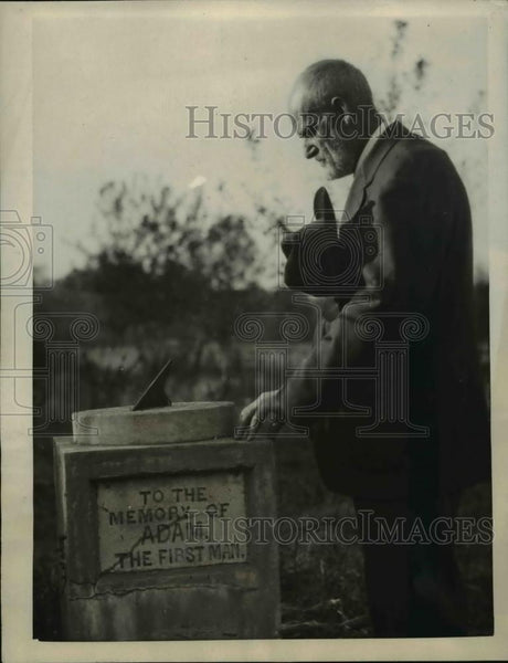 1922 Press Photo John Brady at the memorial of Adam - Historic Images