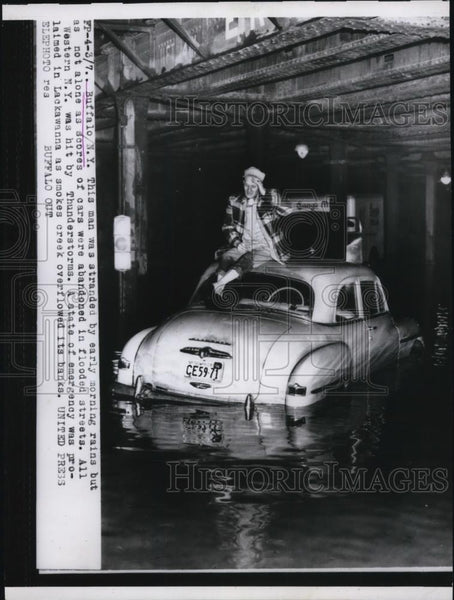 1956 Press Photo Buffalo NY motorist stranded in floods from rains - Historic Images