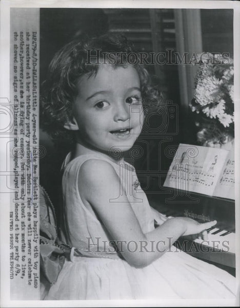 1954 Press Photo Anita Rae Bartlett who is dying, play with toys at birthday - Historic Images