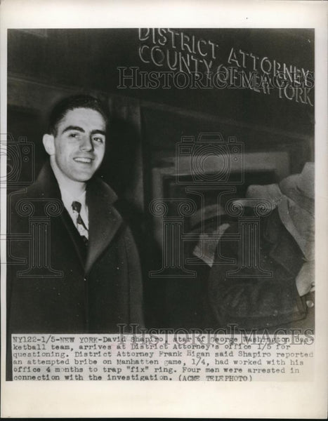 1949 Press Photo Basketbal star David Shapiro arrives at district attorney - Historic Images