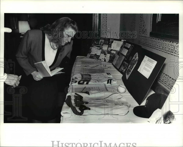 1991 Press Photo Joan Nosal looks over the items in the silent auction - Historic Images