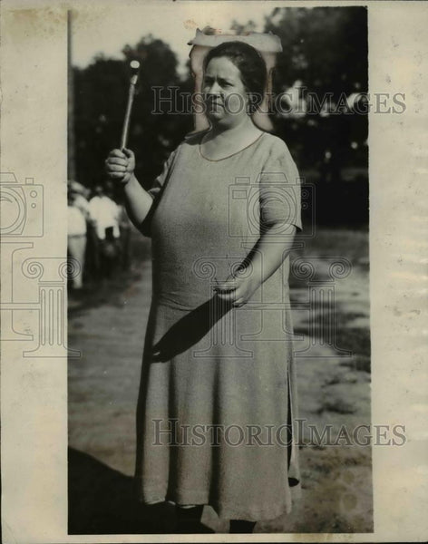 1926 Press Photo Lawrence Kansas Mrs ST Barnsdell in Ladies Nail Driving contest - Historic Images
